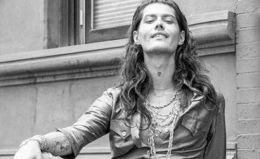 Filipe Catto voz e violão no Bona