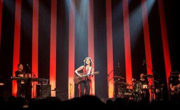 Zélia Duncan apresenta o show Tudo É Um no Teatro Rival Refit