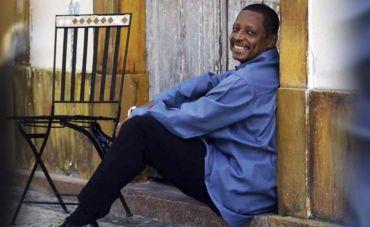 Marquinho Sathan conduz roda de samba na Casa do Mundo