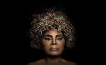 """Elza Soares se reinventa mais uma vez em """"Deus é mulher"""""""