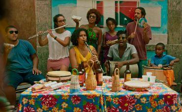 El Efecto celebra a força da luta popular no clipe de 'Carlos e Tereza'